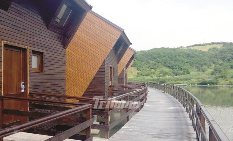Primo villaggio con le case di legno costruito sull'acqua in Romania